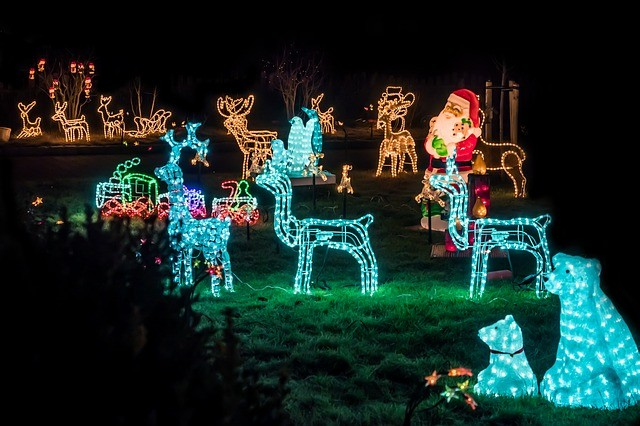 Dos and Don'ts for Decorating Your Artificial Lawn This Christmas